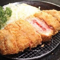 ชุดหมูสันนอกสอดไส้ไข่ปลาดองและชีสชุบแป้งทอด