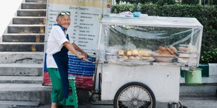 """[รีวิว] """"ยายกิมฮ้วย""""ขนมหวานสูตรโบราณ ตำนานของการสู้ชีวิต 60 ปี"""