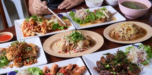 [รีวิว] ยศข้าวต้ม สาขา 5 ถนนพูนผล ภูเก็ต กับข้าวจานเด็ด จัดเต็มทุกเมนู
