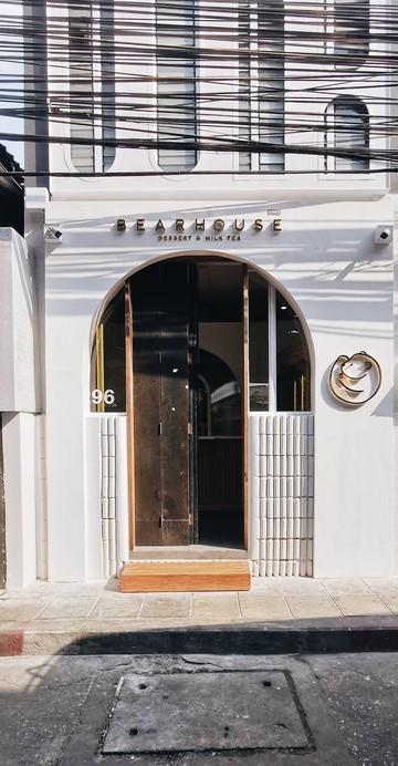 """สายชานมไข่มุกเลิฟเวอร์คงไม่มีใครไม่รู้จักร้านน้องใหม่มาแรงอย่าง """"Bearhouse"""" ที่ผู้คนต่างมายืนรอต่อคิวทันทีตั้งแต่ร้านเปิดประตู เป็นร้านเล็ก ๆ น่ารัก โทนสีขาว มีโลโก้รูปน้องหมีขดตัวเป็นวงกลมเป็นเอกลักษณ์ ได้เปิดสาขาใหม่ติด BTS สะพานตากสิน!"""