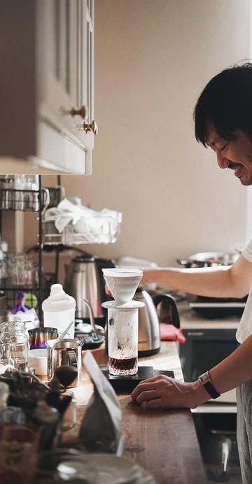 """เปิดบ้านเป็นบาร์กาแฟ ขนม และในอนาคตจะมีค็อกเทลเสิร์ฟ ในบรรยากาศแบบร่วมสมัย พร้อมคำต้อนรับอย่าง """" เชิญตามสบายเลยครับ คิดว่านี่เป็นบ้านตัวเอง """""""