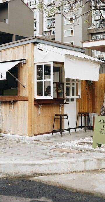 """เหมือนหลุดมาอยู่ประเทศญี่ปุ่น แต่ไม่ใช่ที่นี่ ซอยพัฒนาการ 25 กับคาเฟ่สุดฮิปที่ชื่อว่า """"Mikka"""" Coffee Stand น่ารัก ๆ เห็นแล้วก็อดแวะถ่ายรูปไม่ได้"""