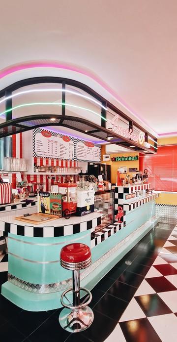ย้อนยุคกับ Vibes แบบ American Dining ยุคเก่า ที่คาเฟ่เปิดใหม่ย่านตลิ่งชัน ที่ไม่ได้ขายกาแฟอเมริกาโน แต่ขายเบอร์เกอร์และมิลค์เชก