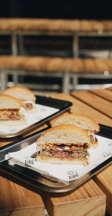"""คราวนี้ไม่ใช่ร้าน Pop-Up อีกต่อไป เมื่อ """"Bun Meat & Cheese"""" ร้านคราฟต์เบอร์เกอร์ชื่อดังที่มาเปิดหน้าร้านยาว ๆ ที่ The Commons Saladaeng คอมมูนิตี้สุดคูลที่มาแรงต้อนรับปี 2020 แน่นอนว่าสายตาที่มองเบอร์เกอร์ทำมือทุกชิ้นของคุณไทกิยังเต็มไปด้วยแพชชั่นเช่นเคย"""