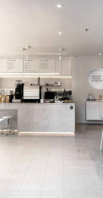 """เทรนด์ร้านกาแฟสีขาว แสงธรรมชาติสาดส่อง ยังคงดูดีและถูกใจสาย Cafe Hopper ร้าน """"The Forebrains"""" ร้านกาแฟสเปเชียลตี้น้องใหม่ย่านอ่อนนุช ตั้งอยู่ในคอนโด The Diamond ใกล้สถานี BTS อ่อนนุช"""