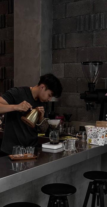 เป็นอีกหนึ่งร้านกาแฟที่ทำกาแฟ Slow Bar ได้ค่อนข้างดีเลย ร้านกาแฟเปิดใหม่ในซอยสุขุมวิท 64 อยู่ด้านในโครงการ Mayfair โดนเด่นด้วยโครงสร้างแบบปูนเปลือย มีที่นั่งเล็กน้อย