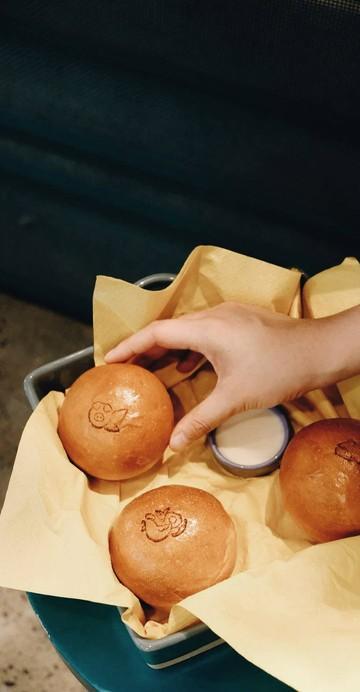 ร้านขนมปังซอฟท์เบรดเปิดใหม่ย่านประตูผี ขนมปังเนื้อนุ่มหน้าตาฝรั่งแต่สอดไส้ด้วยรสชาติแบบไทย ๆ ทำสดใหม่ทุกวัน โดยไม่ใส่สารกันบูด