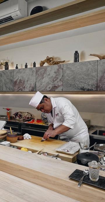 """""""กินซูชิทั้งที ไม่ได้มีดีแค่เรื่องปลา"""" คือคอนเซปต์หลักของ """"Shinsei Sushi"""" ร้านอาหารญี่ปุ่นชื่อดังย่านอารีย์ ซึ่งตอนนี้ขยายสาขามาที่ย่านบางจาก พร้อมเมนู """"Omakase"""" สุดพิเศษ 12 courses ที่เริ่มต้นที่ 1,500 บาท"""