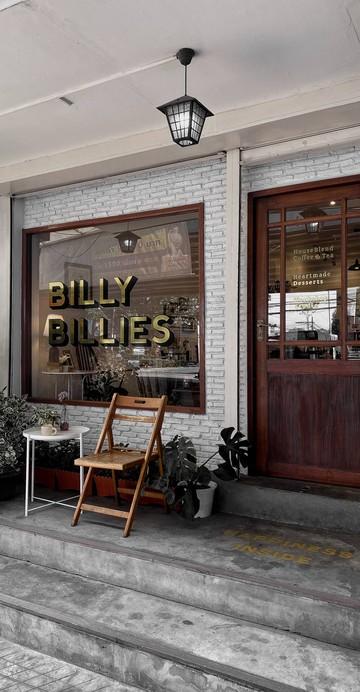 """จะมีอะไรดีไปกว่าการนั่งจิบชา ชิมขนม ในบรรยากาศย้อนยุค หลีกหนีความวุ่นวายจากใจกลางเมืองกรุงฯ ที่ร้าน """"Billybillies"""" คาเฟ่ติดริมถนนใหญ่ ปลายทางเดินลง BTS สถานีแบริ่ง ทางออก 3 ที่ใครเดินผ่านก็เป็นอันต้องสะดุดตา"""