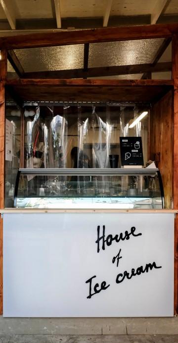 กลับมาเปิดอีกครั้งหลังจากปิดไปนานหลายปีกับร้านไอศกรีมโฮมเมดย่านบางรัก ที่คราวนี้กลับมาในแบบสแตนด์พร้อมดีไซน์ที่สวยล้ำขึ้น