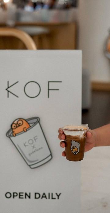 สาขาใหม่ล่าสุดของ Kof ที่ The Emquartier ความพิเศษอยู่ที่การ Collab กับ Gudetama คาแรกเตอร์ไข่ขี้เกียจใส่แว่น ที่กระจายตัวอยู่บนแก้วกาแฟ และมุมถ่ายรูปต่าง ๆ ภายในร้าน
