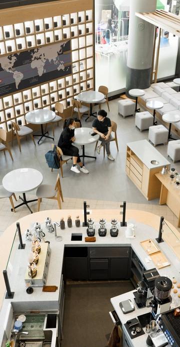Flagship Store แห่งแรกในเมืองไทยของ UCC Coffee ที่เปิดขึ้นมาเพื่อเสนอรสชาติกาแฟสไตล์ญี่ปุ่นแบบครบวงจร คั่วกาแฟทั้งหมดภายในร้าน โดยนำเข้าเมล็ดมาจาก 9 แหล่งปลูก และ 1 เอสเปรสโซ่เบลนด์