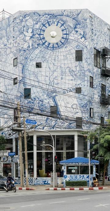 ใครผ่านไปถนนบำรุงเมืองช่วงที่ตัดกับถนนพลับพลาไชยน่าจะเคยเห็นตึกสวยเด่นที่ถูกเพ้นท์เป็นรูปแผนที่โบราณ งานชิ้นนี้วาดโดยศิลปินเพียงคนเดียวนานถึง 2 เดือน เพื่อสื่อถึงการเดินทางให้เข้ากับตึกที่ถูกปรับปรุงเป็นโฮสเทลและคาเฟ่