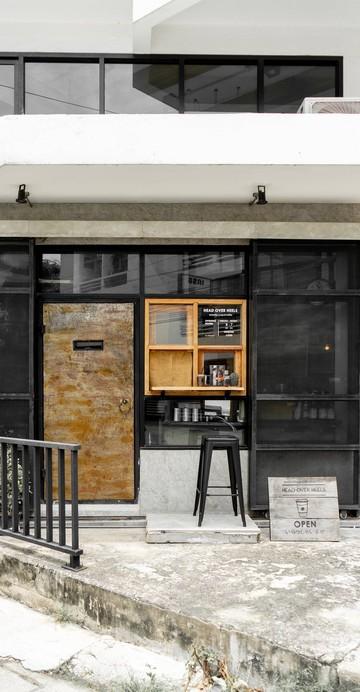 ร้านกาแฟไซส์ s ที่มีที่นั่งนิดหน่อย เน้น Grab & Go ออกแนวคอฟฟี่สแตนด์ที่ถ่ายรูปกับหน้าร้านก็สวยแล้ว