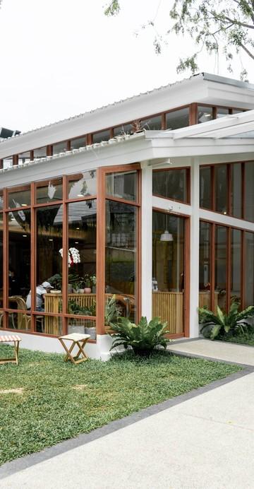 ร้านอาหารใหม่ในซอยลาซาลที่ตั้งใจนำเสนออาหารจากเมืองชลบุรี ตามชื่อร้าน แวะมาดูกันว่าคนชลฯ กินอะไรกัน เมนูเพียบตั้งแต่ข้าวแห้ง อาหารทะเล ขนมจีน และจ๊อปู