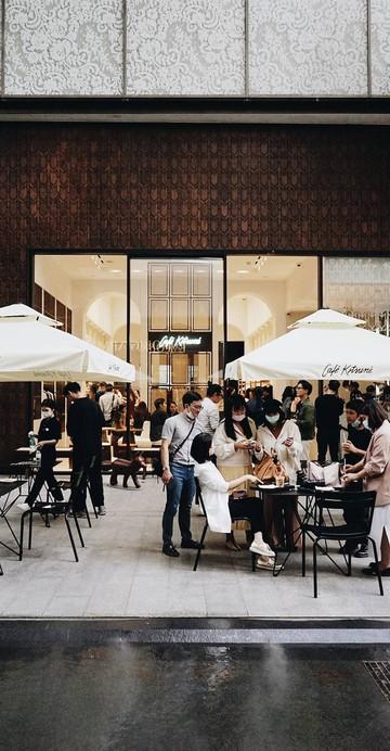 แฟล็กชิปสโตร์แห่งแรกในเมืองไทยที่รวมเอา Maison Kitsuné และ Café Kitsuné ไว้ในพื้นที่เดียวกัน ด้วยคอนเซปต์ของแบรนด์คิทสึเนะที่อยากให้มีขนาดเล็ก โคซี่ และชิล