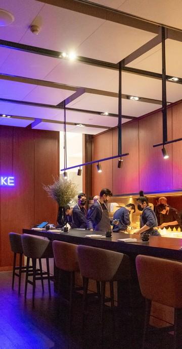 """นี่คือการเปิดร้านอาหารนอกสวิตเซอร์แลนด์เป็นครั้งแรกของเชฟแอนเดรียส คามินาดา เจ้าของร้าน Schloss Schauenstein กับ """"อิกนีฟ"""" (IGNIV) แบรนด์ร้านอาหารที่แคชชวลกว่าที่เน้นคอนเซปต์ของอาหารไฟน์ไดนิ่งแบบแชร์ริ่งคอนเซปต์"""