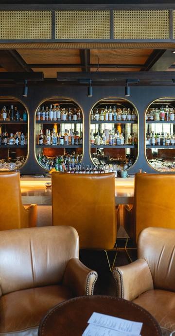 เทรนด์ของการเปลี่ยนบาร์ค็อกเทลให้กลายเป็นคาเฟ่และร้านอาหารกำลังมาในบ้านเรา ที่นี่ก็เช่นกันที่เปิดช่วงกลางวันให้ Work from bar ทำงานที่บาร์ก็ได้