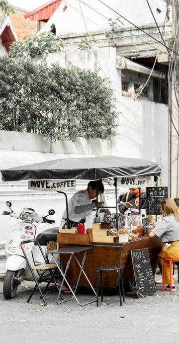 ร้านกาแฟพ่วงข้างเวสป้าที่ให้บริการกาแฟจากการชงด้วยกา Moka Pot ที่มีแผนจะ Move ไปในหลายสถานที่ ตอนนี้ปักหลักในย่านพระนครที่ตรอกพระยาเพชร ข้างมหาวิทยาลัยศิลปากร