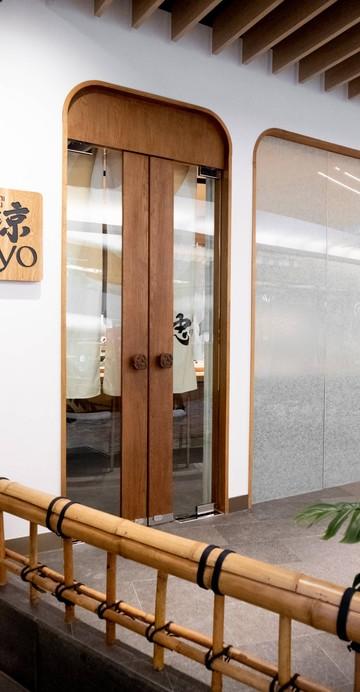 โอมากาเสะซูชิแห่งใหม่ในเครือ Sushi Cyu กับคอนเซปต์ซูชิโอมากาเสะที่ทำแบบโมเดิร์น รองรับได้รอบละ 8 ที่นั่ง วันละ 3 รอบ 12:00 น. 18:00 น. และ 20:00 น.