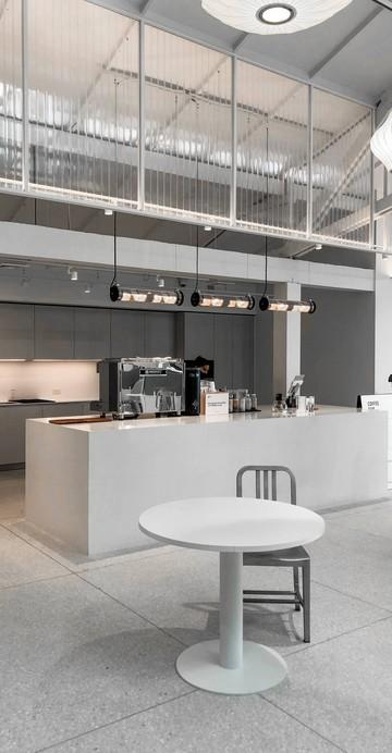 บาร์กาแฟภายใน Chanintr Work ในซอยสุขุมวิท 26 ในคอนเซปต์บาร์กาแฟในโชว์รูมเฟอร์นิเจอร์สำนักงาน ที่ต่างจาก Cafe Craft ภายในโชว์รูมเฟอร์นิเจอร์ของแบรนด์ Chanintr ในซอยทองหล่อ