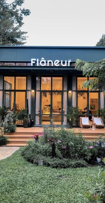 ร้านชาเปิดใหม่บนถนนปั้น ตรงข้ามสถานฑูตเมียนมาร์เลย ร้านตกแต่งในโทนสีเขียวล้อไปกับสวนร่มรื่นด้านหน้า จะนั่งด้านในหรือด้านนอกก็ได้