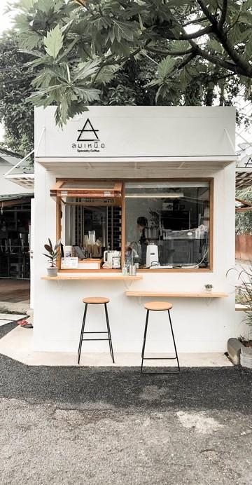 ร้านกาแฟสเปเชียลตี้ย่านฝั่งธนฯ ปากซอยเทอดไท 60 ที่มาในแนว Coffee Stand ร้านเล็ก ๆ นั่งหน้าบาร์ได้ประมาณ 2 คน เน้นเทคอะเวย์เป็นหลัก