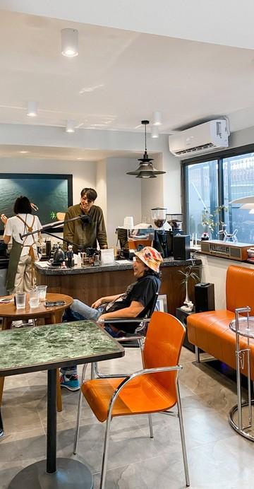 ร้านกาแฟที่มีมุมอาหารปักษ์ใต้ในชื่อ Rice Room Canteen ที่เสิร์ฟมาบนถาดเหล็กเก๋ ๆ