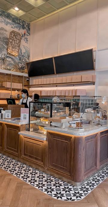 """คาเฟ่น้องใหม่ล่าสุด โดยสถาบันสอนทำอาหารชื่อดัง กว่า 8 ปี """"Sweet Cottage"""" ได้เปิดโซนร้านกาแฟ มีที่นั่งหลากหลาย พร้อมบริการเบเกอรีคุณภาพดี ครัวซองต์, เค้กต่าง ๆ และเมนูกาแฟ"""
