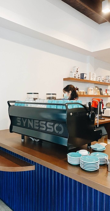 เชื่อว่าหลายคนน่าจะเคยได้ลองดื่มกาแฟจากเมล็ดกาแฟที่คั่วโดยทีม Samadool Coffee มาก่อนหน้านี้ เนื่องจากมีร้านกาแฟไม่น้อยหอบหิ้วนำไปใช้เป็นตัวเลือกภายในร้าน และในที่สุดพวกเขาก็เปิดร้านกาแฟของตัวเอง