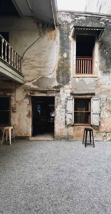 """ล่าสุด """"บ้านเหลียวแล"""" ได้ปรับโฉมกลายเป็นคาเฟ่ในชื่อ """"Patina Bangkok"""" ที่ยังคงเอาโครงสร้างอาคารเดิมเอาไว้ทั้งหมด มีเพียงเฟอร์นิเจอร์สมัยใหม่และวินเทจที่ถูกเสริมเข้ามาในบ้านหลังเก่าเท่านั้น"""