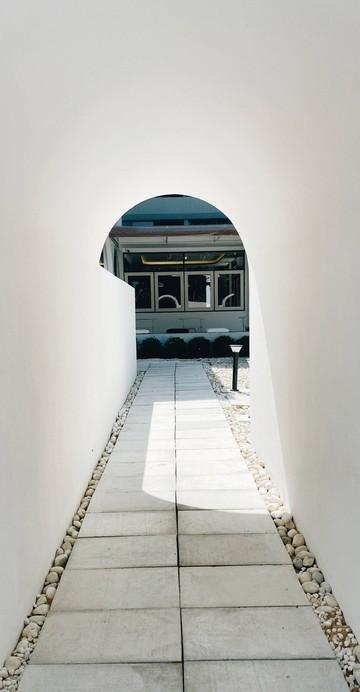 คาเฟ่ย่านเสนานิคมที่นำเอาบ้านเก่ามารีโนเวทใหม่ มาในโทนสีขาวสะอาดตา