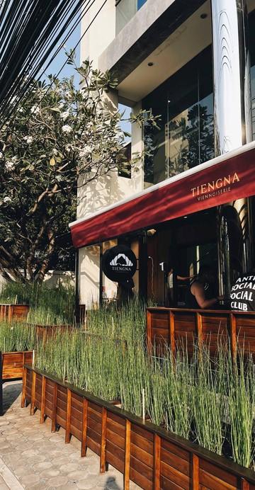 """นี่คือสาขาของ """"เถียงนา Coffee and Bakery Farm"""" ร้านขนมอบรางวัล Wongnai Users' Choice 2020 จากจังหวัดตาก ที่แบรนด์มาเปิดสาขาที่ 2 ภายในซอยพร้อมศรี 1 ซอยย่อยในสุขุมวิท 39"""