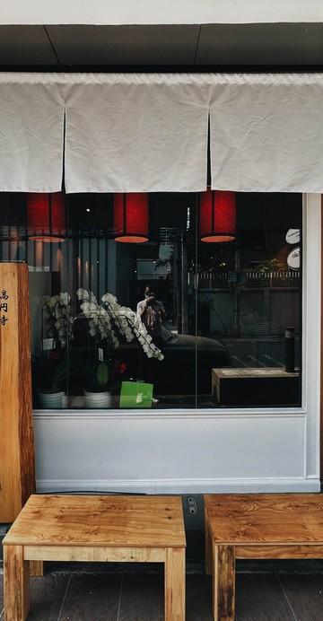 ร้านราเมงที่ขายเพียงวันละ 69 ชาม รอบเช้า 39 ชาม เริ่มรับคิว 10 โมงเช้า เริ่มกินคิวแรกเที่ยงตรง ส่วนรอบ 2 ขาย 30 ชาม เริ่มรับคิว 5 โมงเย็น เริ่มกินคิวแรกตอน 6 โมงเย็น ตอนนี้นั่งได้ครั้งละ 6 คน