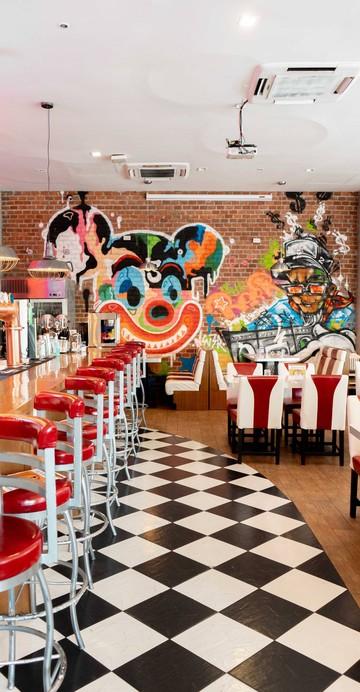 ร้านอาหารล่าสุดของเชฟชาลี กาเดอร์ ที่รีโนเวทร้านเดิม The Beer Bridge ให้กลายเป็นร้านอาหารอเมริกันไดเนอร์ที่ขายอาหารตลอดวันแทนขายเบียร์