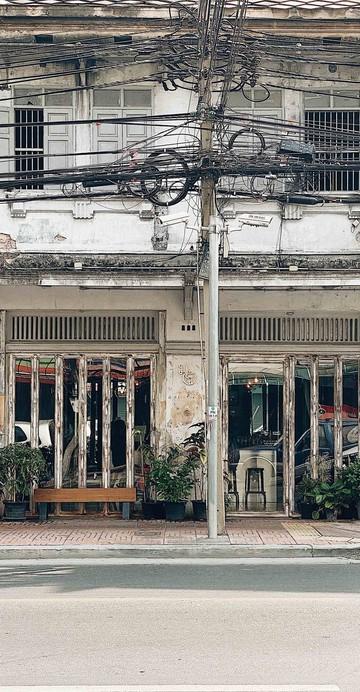 """สาขาใหม่ในชื่อภาษาไทยว่า """"มาเธอร์โรสเตอร์"""" ที่คุณป้าฝากย้ำมาว่าต้องเขียนเป็นภาษาไทยเท่านั้น เพราะร้านนี้เปิดขึ้นมาเพื่อผู้สูงวัยสายสโลว์ ใครชอบใช้ชีวิตเร่งรีบคุณป้าไม่แนะนำให้มาที่นี่"""