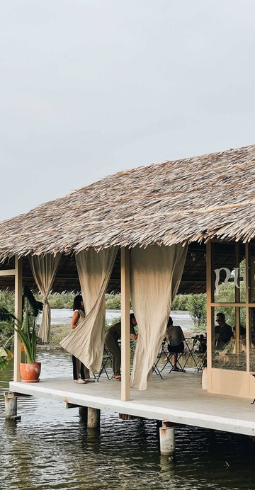 วันนี้เรามาชี้เป้าคาเฟ่เปิดใหม่ใกล้ทะเลกรุงเทพฯ ไม่ใช่สวนสยามแต่เป็นทะเลบางขุนเทียน โซนที่เต็มไปด้วยบ่อเลี้ยงกุ้งและปลา กับคาเฟ่กลางน้ำในคอนเซปต์ของ Coffee / Scenery / Music ให้เราได้หย่อนใจในวันหยุด