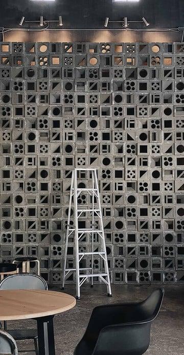 คาเฟ่สไตล์ Loft ปูนเปลือย ดิบ ๆ เท่ ๆ ที่เหมาะกับสายถ่ายรูป โดยเฉพาะมุมบันไดและอิฐบล็อกที่ทำให้ที่นี่ดูเก๋