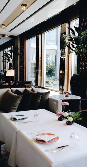 ที่นี่น่าจะเป็นหนึ่งในไม่กี่ร้านที่เสิร์ฟ Afternoon Tea แบบคอร์ส กับ Parisian High Tea ชุดน้ำชาสไตล์ปารีเซียง โดยเชฟชาวฝรั่งเศส Sylvain Constans