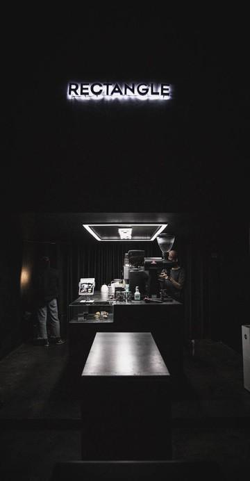 อยากจะชวนทุกคนพกไฟฉายเข้าไปในร้าน (เหมือนจะ) ลับ ในคูเมืองชั้นใน  บรรยากาศร้านเป็นบาร์โล่งสีดำ มีกระจกสะท้อนอยู่มุมร้าน