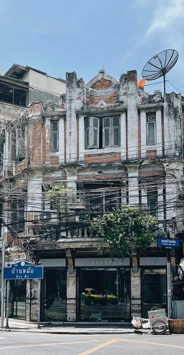 คาเฟ่บริเวณแยกบ้านหม้อที่นำเอาตึกเก่ามาทำใหม่เป็นคาเฟ่กึ่งนิทรรศการดอกไม้