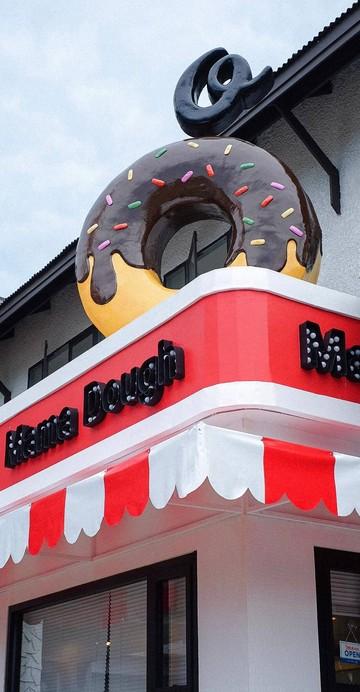 แลนด์มาร์กใหม่ย่านบางแสน ที่เติมความชิค ความเก๋ ให้กับหาดบางแสน เปลี่ยนบางแสนให้เป็น Miami ที่นี่เลย Mama Dough ร้านโดนัท ที่ตกแต่งสไตล์ชิค ๆ เก๋ ๆ สีสันจัดจ้าน