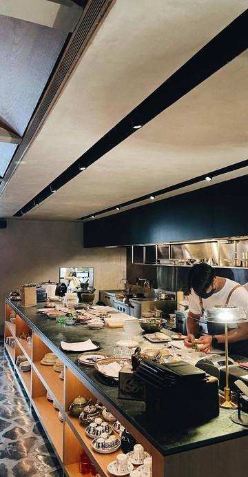ร้านอาหารไทยแห่งล่าสุดของเชฟเดวิด ทอมป์สัน เชฟฝรั่งที่ใครก็ยกย่องในฐานะครูอาหารไทย คราวนี้เชฟนำเอาตำราอาหารโบราณมาทำเทสติ้งเมนูที่เปลี่ยนไปทุกสามเดือน