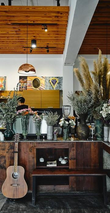 ร้านคาเฟ่โฮมเมดกลางใจเมือง โทนสีขาวมินิมอล ที่อบอวนไปด้วยกลิ่นเบเกอรีอบใหม่ และกาแฟสดภายในร้าน