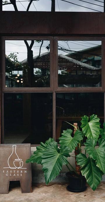 โรงงานแก้วที่เพิ่มพื้นที่ของคาเฟ่เข้ามาด้วย แน่นอนว่ามาที่นี่นอกจากนั่งดื่มกาแฟและกินขนมแล้ว ใครอยากช็อปเครื่องแก้วก็สามารถทำได้เลย