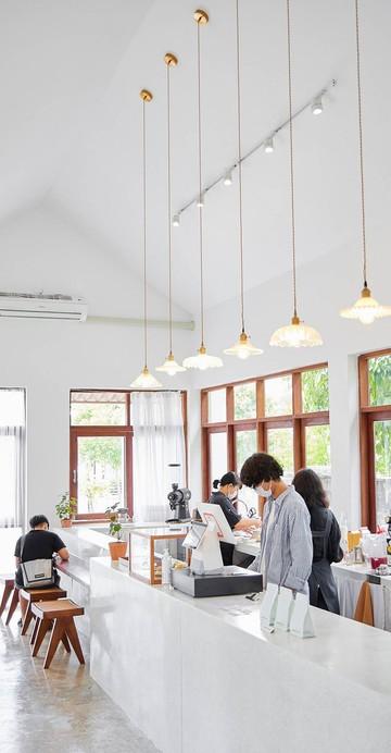 ร้านคาเฟ่สำหรับคอกาแฟที่ดูเรียบง่ายแต่ไม่ธรรมดา รังสรรค์เมนูกาแฟที่มีให้เลือกตั้งแต่แบบเบสิก ไปจนถึง Signature ที่ไม่เหมือนใคร ในร้านสไตล์มินิมอล