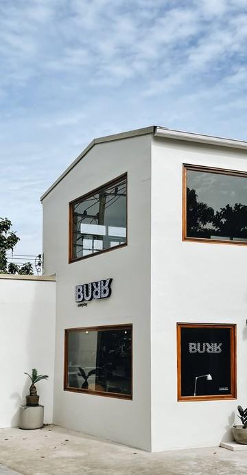 ร้านกาแฟแห่งใหม่ที่จะทำให้ชาวธนบุรีตาสว่าง ย้ายมาจากจตุจักรสู่ฝั่งธนบุรี ภายใต้ชายคาบ้านสีขาวสะอาดตา