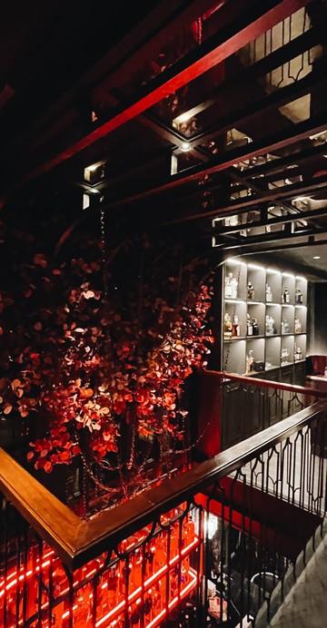 สปีคอีซีและจินบาร์ที่ซ่อนตัวอยู่ภายในร้านดอกไม้ WYNN Wood โดยนำเอาสตอรีของภาพยนตร์เรื่องมิตไนท์ซัมเมอร์ดรีมมาเล่าเรื่อง