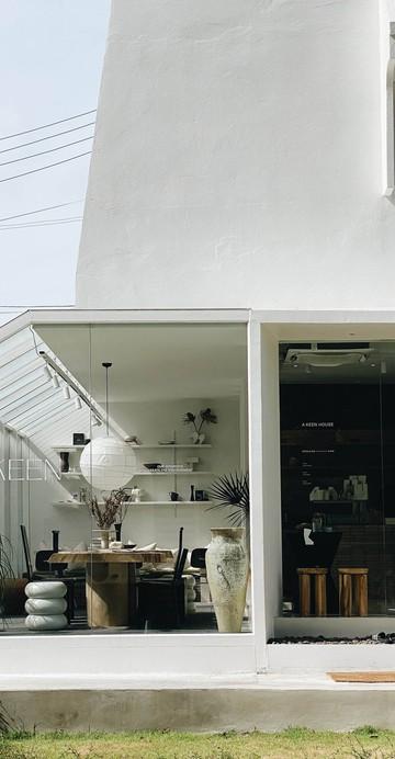 คาเฟ่สไตล์ Contemporary  Art ภายในสุขุมวิท 40 ที่ผุดไอเดีย Knock The Door Project ส่งเสบียงถึงบ้านแทนการมาที่ร้านในช่วงแรกก่อนเปิดร้านจริง