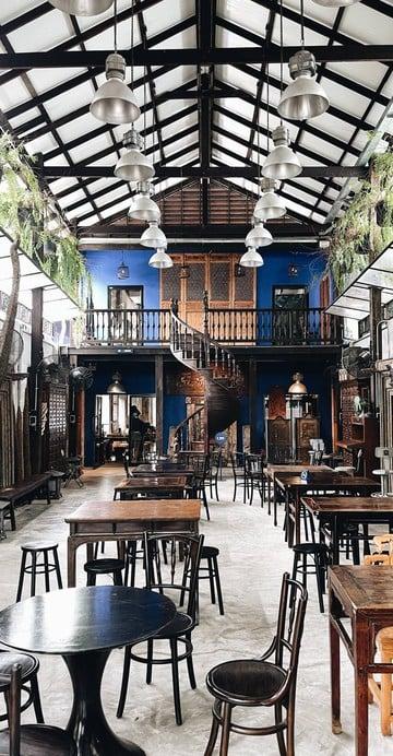 """คาเฟ่แอนทีคย่านตลาดน้อย ริมแม่น้ำเจ้าพระยา ชื่อร้านมาจาก """"ฮง"""" คือ ชื่อของคุณพ่อ ส่วน """"เซียงกง"""" คือ ย่านเก่าแก่ที่รักในตลาดน้อย  ."""
